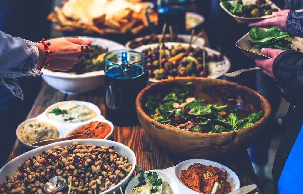 How to Host a Successful Thanksgiving Without Breaking the Bank
